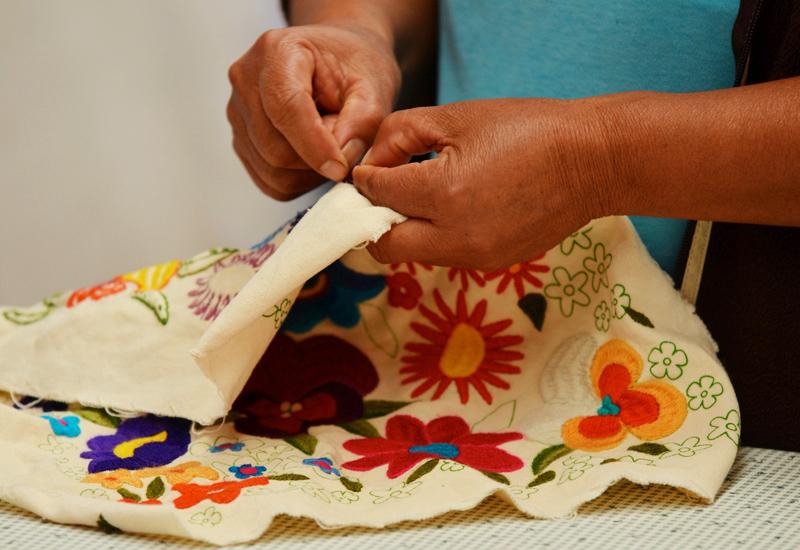 taller de bordados con motivos de la naturaleza